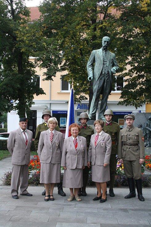 Starostka Sokolské župy Slovácké Vladimíra Potůčková před sochou TGM v Hodoníně.