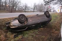Auto skončilo při havárii na střeše. Mladý řidič nadýchal 2,2 promile.