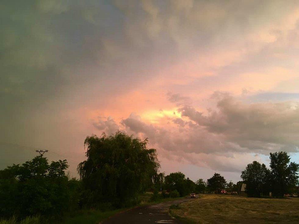Večerní nebe po bouři zachycené naší čtenářkou.