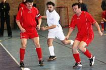 Futsalisté Strážnice (v červeném) remizovali ve teřtím kole okresního přeboru s Kyjovem 5:5.