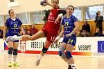 Kanonýrka Veselí nad Moravou Jana Šustková (v červeném dresu) podala proti Michalovcům excelentní výkon.