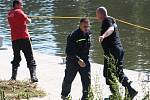 Hasiči zasahovali při úniku ropy na řece Moravě z ropovodu Družba.