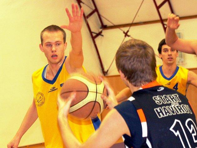 Mladý kyjovský basketbalista Filip Rubecký (ve žlutém) porážce s Ostravou nezabránil.