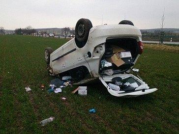 Hasiči ze stanice Hodonín zasahovali u nehody Fabie u Dolních Bojanovic, která skončila mimo silnici na střeše. Řidička byla transportována vrtulníkem k dalšímu ošetření.