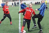 Fotbalisté Rohatce (modročerné dresy) prohráli v úvodním zápase šestého kola dubňanského zimního turnaje s Osvětimany vysoko 2:7.