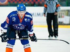Ani pohotová dorážka kanonýra Petra Jurči (na snímku) hokejistům druholigového Hodonína k dalším bodům nestačila, Drtiči doma prohráli s Porubou 2:3.