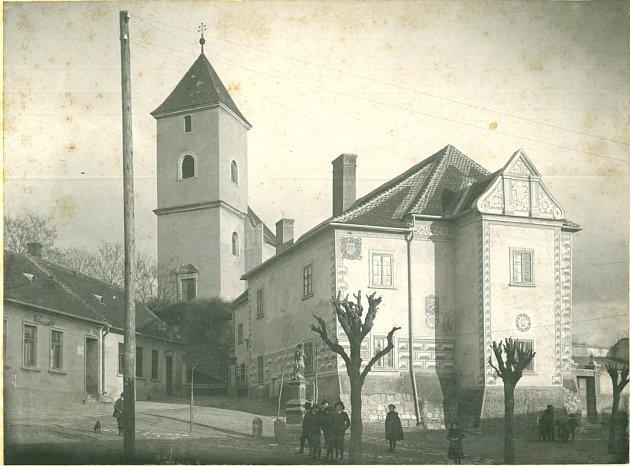 Budova zámečku vKyjově na Hodonínsku pochází zpoloviny šestnáctého století. Vroce 1911ji sgrafity opatřil akademický malíř Jano Köhler. Vsedmdesátých letech objekt prošel výraznou přestavbou.