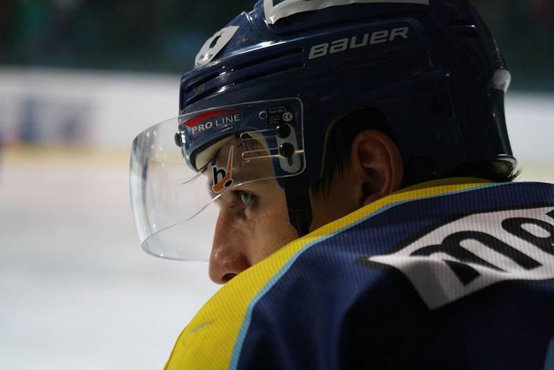 Hodonínští hokejisté (oranžovo-modré dresy) nestačili ve 41. kole druhé ligy na vedoucí Přerov, když Hanákům podlehli 0:5.