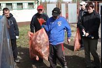 Hodonínští se připojili do oslav Dne Země úklidem lesa v místní části Bažantnice.