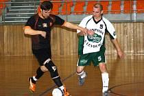 Hrající předseda vacenovického Kvasaca Radek Procházka (vpravo) se společně se spoluhráči zúčastnil dvoudenního futsalového turnaje v Hustopečích.