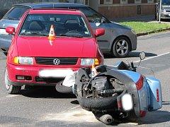 Červený volkswagen se srazil se skútrem na křižovatce Štefánikovy, Příční a Havlíčkovy ulice v Hodoníně.