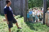 Expedice do pralesa zavedla děti i ke lvům jihoafrickým, kterým společně vyráběly hračky. Do těch chovatelé schovali maso a děti sledovaly, jaké mají jejich výtvory u lvů úspěch.