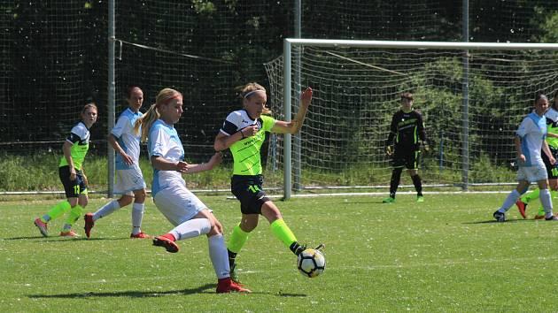 Fotbalistky Hodonína (v zelených dresech) oloupily o tři body vedoucí celek 2. ligy Čáslav.