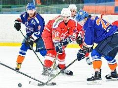 Hodonínští hokejisté (v modrých dresech) porazili Porubu 3:1 a v posledním kole základní části uhájilli čtvrtou pozici.