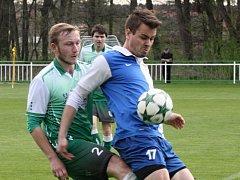 Bzenecký obránce Jan Mokrý (v zeleném) doráží na střídajícího hráče Polné Jana Hrdličku. Slovan ve 20. kole divize D vyhrál 4:1 a v tabulce se posunul na šesté místo.