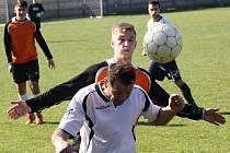 Fotbalisté Vacenovic (v bílých dresech) si v krajské první B třídě poradili s poslední Strážnicí, kterou porazili přesvědčivě 4:1.