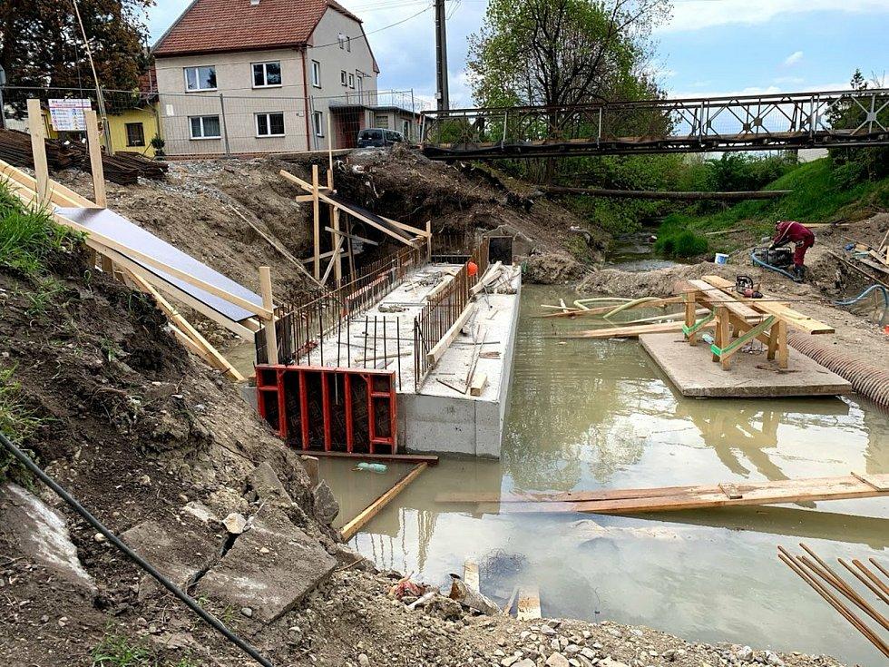 Stavba nového blatnického mostu přes potok Svodnici.