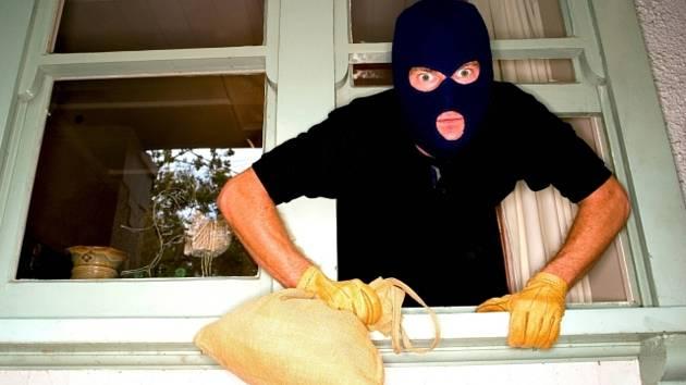 V Černovicích řádí zloději, lezou i do bytů. Policie: Všímejte si podezřelých