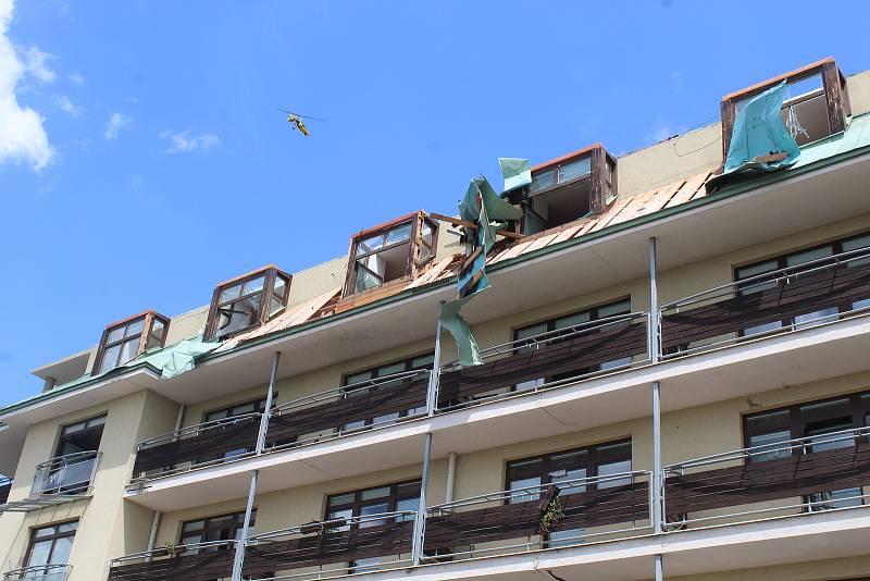 Klienti a zaměstnanci S-centra v Hodoníně zažili útok tornáda. Zařízení pak museli opustit.