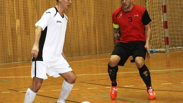 Hráč Euroromy Ota Duchoslav (v bílém) si na spoluhráče ze Slavoje Rohatec, Radka Ščevíka, v této chvíli nepřišel.