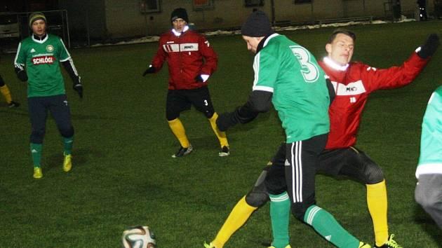 Mladý hodonínský útočník Dalibor Adamec (vpravo v červeném) napadá uprostřed hřiště rozehrávku rakouského týmu.