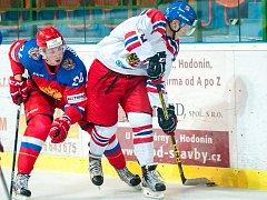 Česká dvacítka (v bílých dresech) ve svém druhém zápase na turnaji čtyř zemí v Hodoníně podlehla favorizovaným Rusům 2:4.