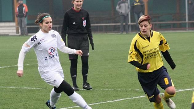 Fotbalistky Hodonína (ve žlutých dresech) schytaly na konci podzimu nepříjemný příděl. Nesyt v osmifinále Poháru Komise fotbalu žen prohrál s ligovým Slováckem 1:11 a v soutěži skončil.