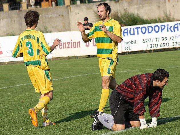 Brankář Vacenovic Marek Hanzalík se v zápase s Mutěnicemi ocitl několikrát na kolenou. Domácí útočníci Marcel Čepil s Daliborem Koštuříkem se blýskli proti Mogulu hattrickem. Lídr první A vyhrál 11:0.