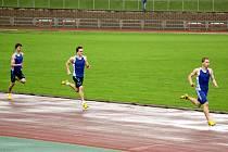 Hodonínští junioři ovládli na mistrovství Moravy a Slezska závod na čtyři sta metrů. Z vítězství i nového okresního rekordu se radoval Dominik Kubalák (vpravo). Druhý doběhl do cíle Jakub Žurovec a třetí příčku obsadil David Herka.