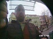 Policie zveřejnila fotku muže, který podle ní připevnil na bankomat v Hodoníně speciální lištu. Díky ní chtěl oklamat vybírající a následně si vyzvednout jejich peníze.