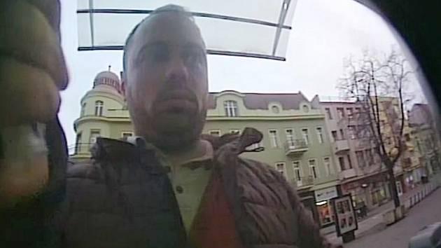 Policie od poloviny ledna stále pátrá po muži, který na bankomat v Hodoníně nainstaloval lištu sloužící k obelstění lidí vybírajících peníze.