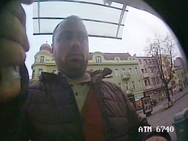 Lištu na bankomat v Hodoníně dal mladý muž. Policie zveřejnila jeho fotku