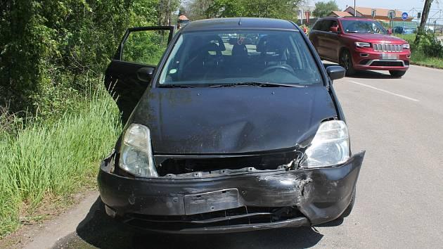 U Hodonína se ve čtvrtek kolem poledne srazila dvě auta. Řidička hondy nedala přednost peugeotu.