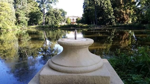 Jezírko ve veselském zámeckém parku je nyní bez ozdobných váz. Někdo je hodil do vody.