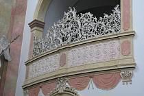 Veselský kostel Svatých Andělů strážných má restaurované štuky.