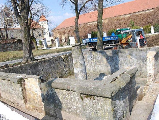 Město Ždánice opravuje kašnu u tamního zámku.