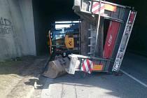 O velkém štěstí může hovořit muž, na jehož auto v pátek odpoledne spadl bagr. Pod mostem u Moravského Písku se zřítil z náklaďáku, který jej převážel. Událost si vyžádala jen lehčí poranění.
