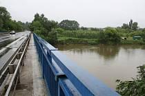 Přívalové deště zatím na Hodonínsku nepůsobí větší problémy. Řeka Morava je sice zvedlá, nedosáhla ale ještě ani prvního stupně. Na snímcích je řeka v úseku u Rohatce.