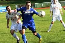 Kyjovský zadák Lukáš Mlýnek (v modrém) bojuje o míč s hráčem Novosedel.