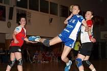 Osmnáctiletá spojka Dagmar Lukšíková (v modrém) si ve středu proti Slavii Praha odbyla interligovou premiéru.