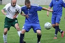 Fotbalisté Dubňan doma překvapivě prohráli s Lednicí 1:2. Nedělní duel rozhodl hostující kanonýr Miroslav Fóbl (u míče), který se trefil v 89. minutě. Oporu Moravanu v závěru utkání neuhlídal ani střídající záložník Michal Horný.
