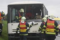 Cvičení hasičských sborů, policie a rychlé záchranné služby ve Strážovicích.