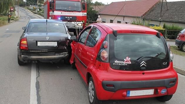 Lehká zranění tří lidí a škodu za devadesát tisíc korun si vyžádala pondělní srážka dvou osobních aut v Terezíně.