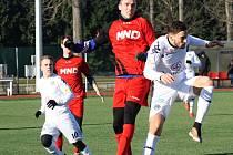 Fotbalisté divizního Hodonína (v červených dresech) se před rokem utkali s rezervou Slovácka, ve středu 11. ledna 2017 vyzvou ligový tým.