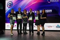 Ivana Üvegešová a Lukáš Kumpošt (na snímku vlevo) obdrželi tento týden za hodonínskou pobočku řetězce Kaufland v Konečné ulici certifikát Držitel ocenění Diamantové ligy kvality.