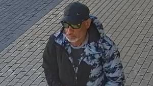 Kolem odstaveného kola procházel neznámý muž a peněženky si všiml. Protože nebyl na ulici sám, odešel o kousek dále, ale za okamžik se vrátil, peněženku vzal a strčil ji do své kapsy.