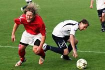 Domácí Miroslav Novotný (vpravo) bojuje o míč se záložníkem Mikulčic Petrem Burešem.