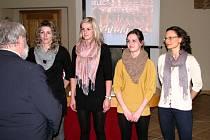 Cenu pro nejlepší kolektiv města Veselí nad Moravou za rok 2012 převzaly z rukou starosty Miloše Kozumplíka Jitka Tomešková (vlevo), Nikol Vinklárková (druhá zleva), Lucie Jagošová a kapitánka Tereza Chmelařová (vpravo).