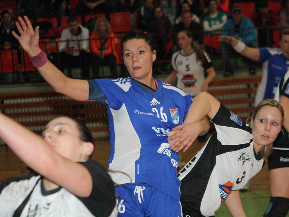 Házenkářky Veselí nad Moravou posílila bývalá slovenská reprezentantka Petra Štetáková (v modrém).