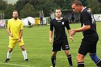Vysoký obránce Vlkoše Filip Fojtík (vpravo) právě hlavou střílí vedoucí gól domácího týmu. Favorit nakonec zdolal Žeravice 2:1.